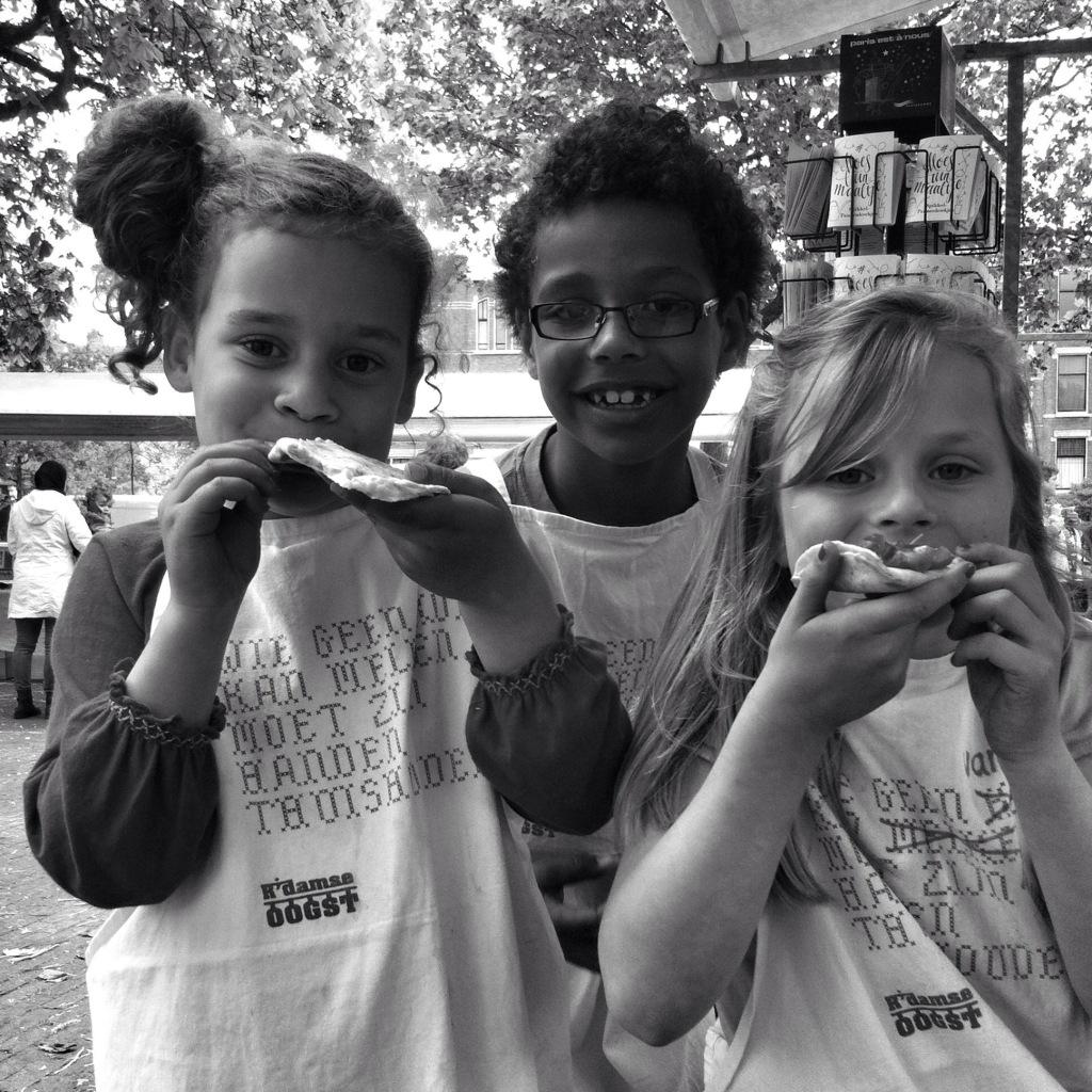 Jet, Frans en Elin testen het MoestuinMaaltje Lente-ui die ze zelf bakten, op Zaait! Rotterdamse Oogst.
