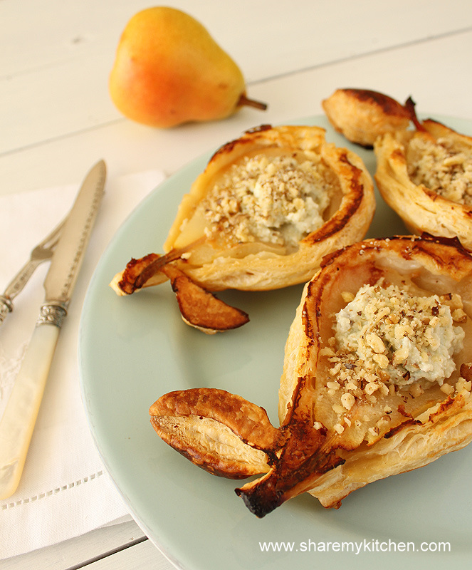45-mini-pies-with-pear-blue-cheese