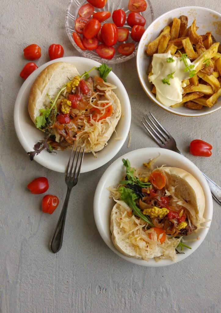 Kook&Klaar Maaltijdtas voor 2 personen (van Soephoofd) Verse ingredienten, makkelijke recepten en slimme kooktips voor 3 dagen lekker lokaal eten. Minimale moeite, maximaal resultaat - fijn voor drukke mensen die wél goed willen eten. Ingrediënten: alle ingrediënten voor 3 lekkere lokale maaltijden: hot hot dogs met kraut, Sarina's gekarameliseerde uitjes & Fenix Food Factory Frites (inclusief mosterd, mayo en ketchup!), knoflook-knolselderijpuree met rode bietjes & feta en hete bliksem met pastinaak, gehakt en appel. Zelf toevoegen: zout, peper, knoflook, suiker, olijfolie, eventueel verse peterselie.