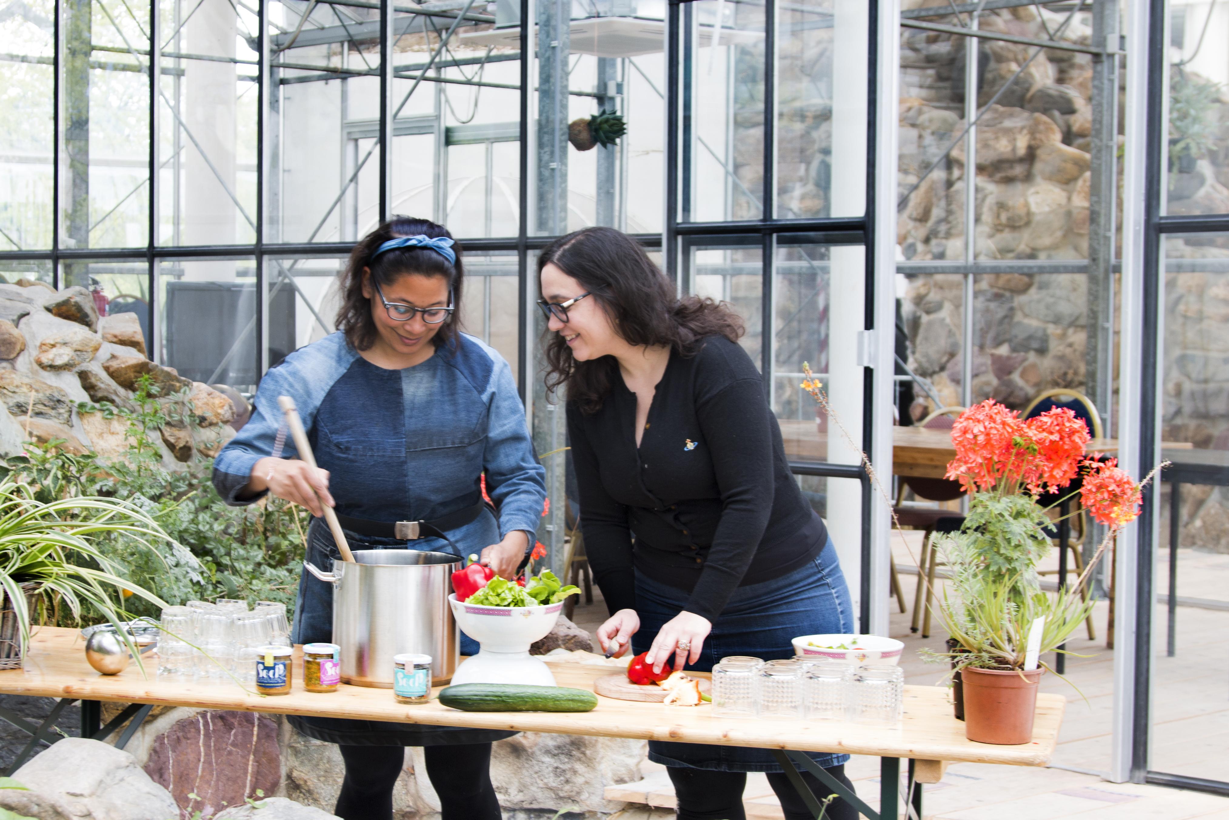 Soephoofd Diana van Ewijk en Sarina Karouw geven workshop vegan bouillon maken