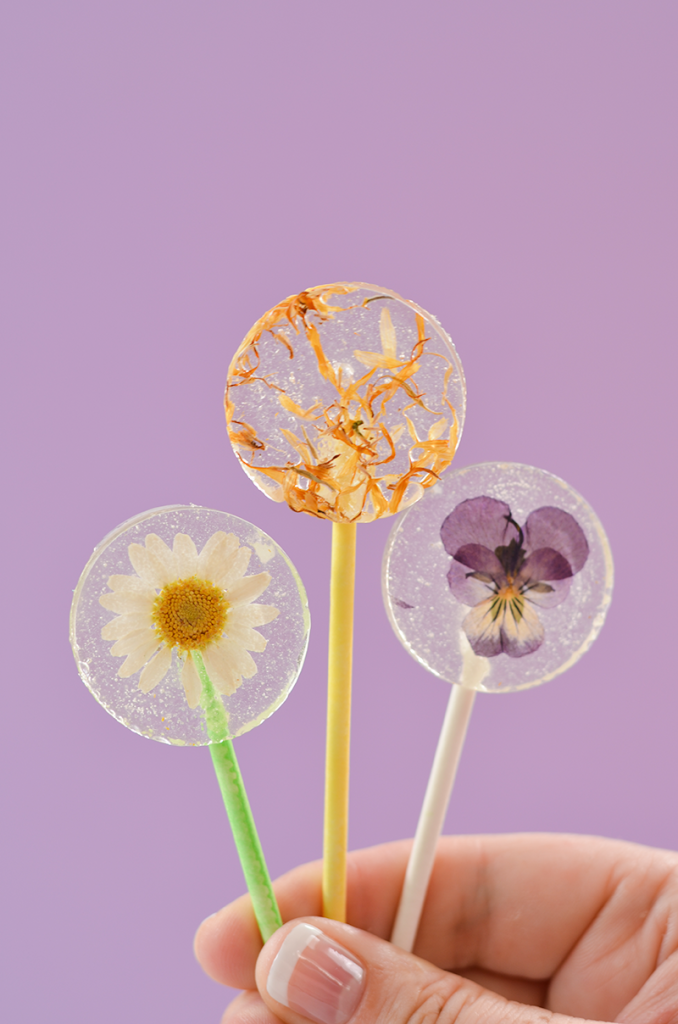 Easy-DIY-Lollipops-With-Edible-Flowers-click-through-for-recipe4