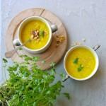 Een hele bloemkool, en flink wat ui en bleekselderij: dat maakt van deze Bloemkool-Kerrie-soep met kokos een gezonde maaltijdsoep. Pittig dankzij de sambal!