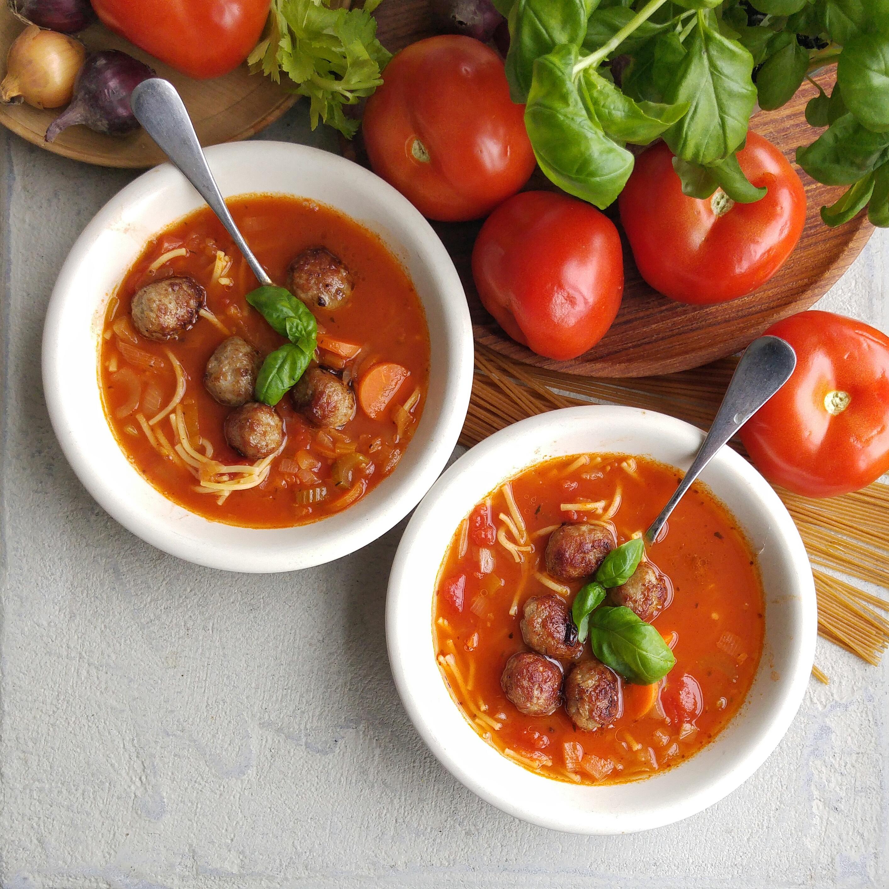 Stevige maaltijdsoep, bomvol groenten, die zelfs de meest kieskeurige etertjes zonder problemen naar binnen lepelen.