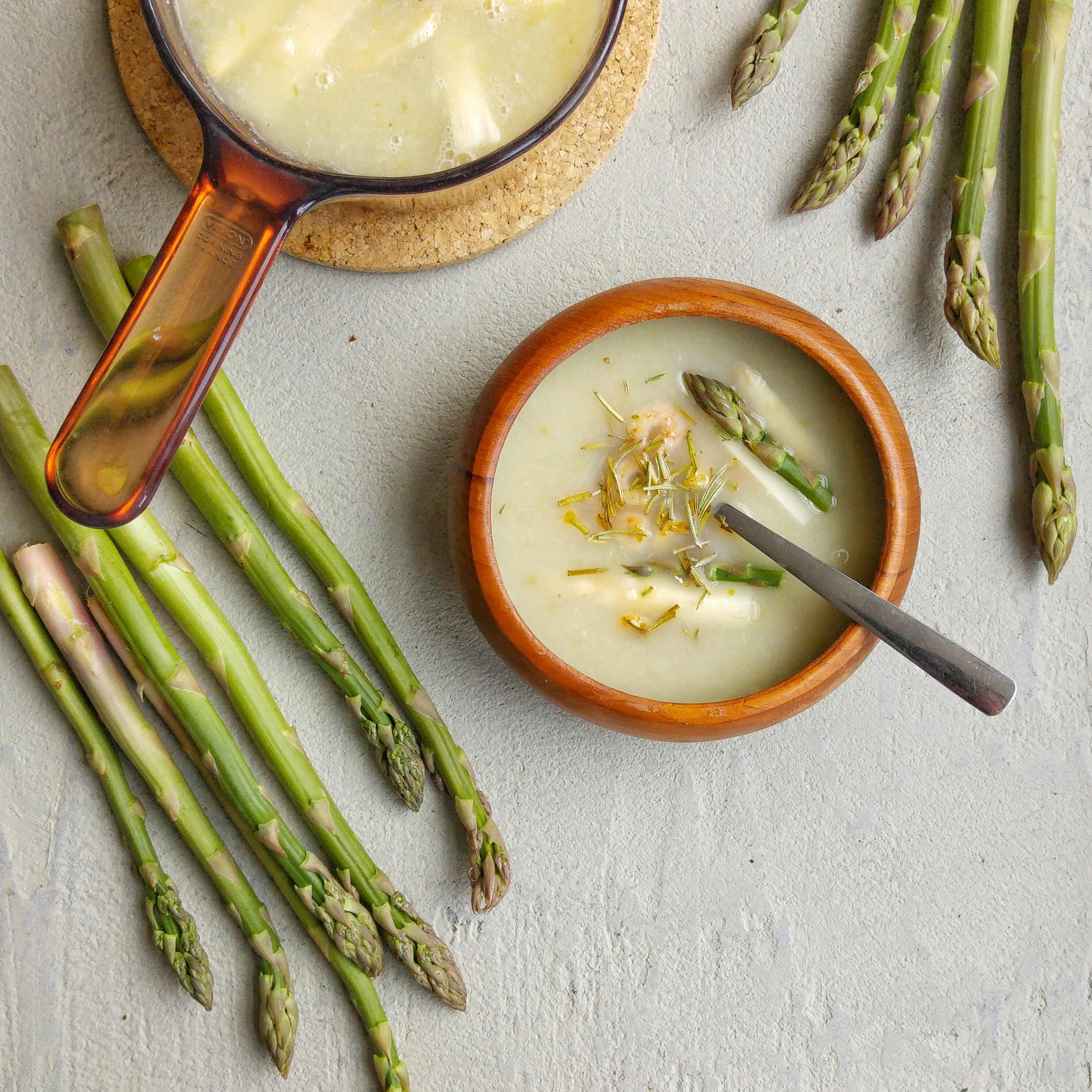 Lekker licht asperge-soep recept, zonder room, zonder roux - en toch heel erg lekker. Gratis printable recept, inclusief seizoensgroentenkalender.
